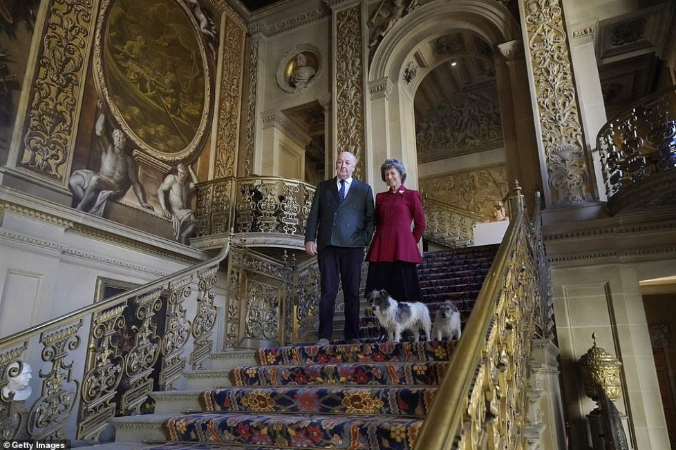11232034-6831171-The_Duke_and_Duchess_of_Devonshire_in_Chatsworth_House_with_thei-a-19_1553100521496