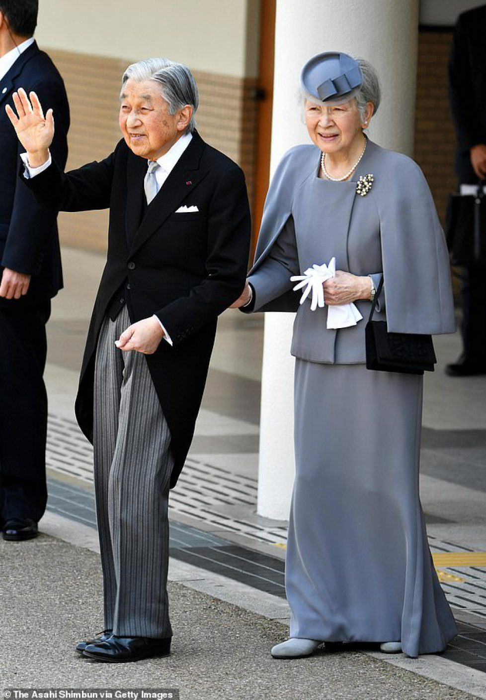 11510334-6855079-Emperor_Akihito_and_Empress_Michiko_are_seen_on_arrival_at_Kashi-a-3_1553675099124