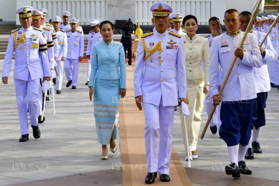 maha-vajiralongkorn-(au-centre)-vient-d-etre-couronne-il-a-epouse-trois-jours-plus-tot-suthida-qui-est-devenue-reine-(a-droite)-photo-thai-royal-household-bureau-afp-1556947544