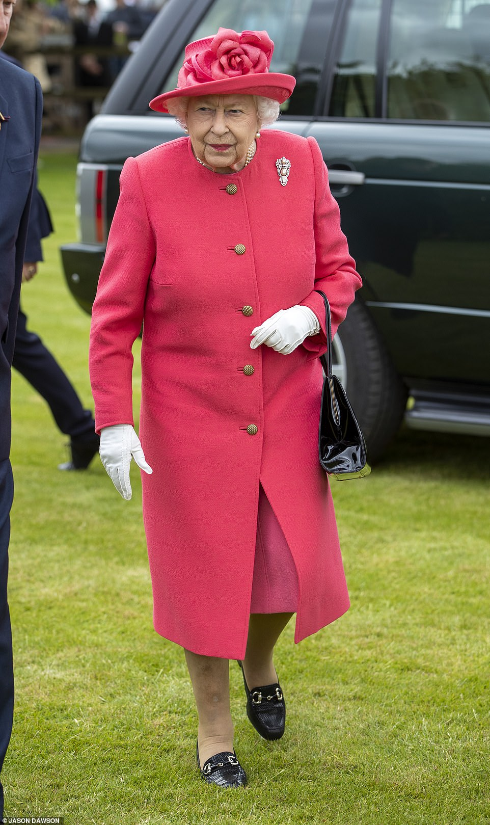 14857130-7147355-The_Queen_wore_a_lovely_hot_pink_coat_with_a_matching_hat_and_ac-a-42_1560702845045