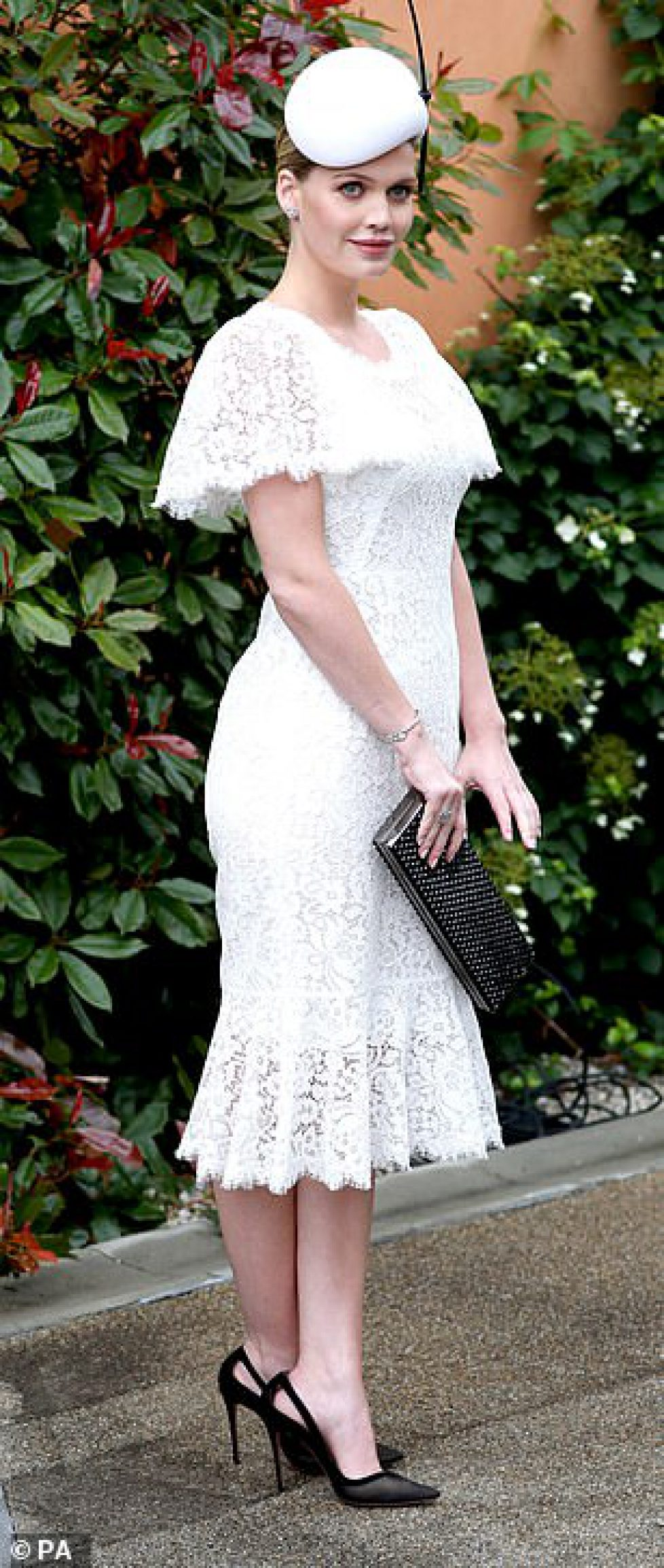 14935632-7153061-Society_beauties_Lady_Kitty_Spencer_donned_white_lace_by_D_G-a-394_1560862224319