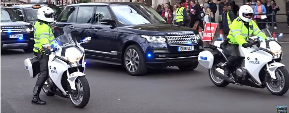 14956618-7155817-The_Duke_and_Duchess_of_Cambridge_travel_in_a_Range_Rover_escort-a-57_1560893457770