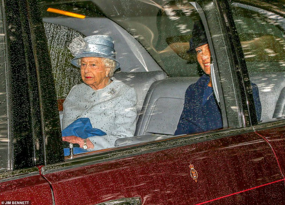 17411066-7368717-Today_the_Queen_sported_a_smart_pale_blue_coat_dress_with_a_matc-a-52_1566136507520