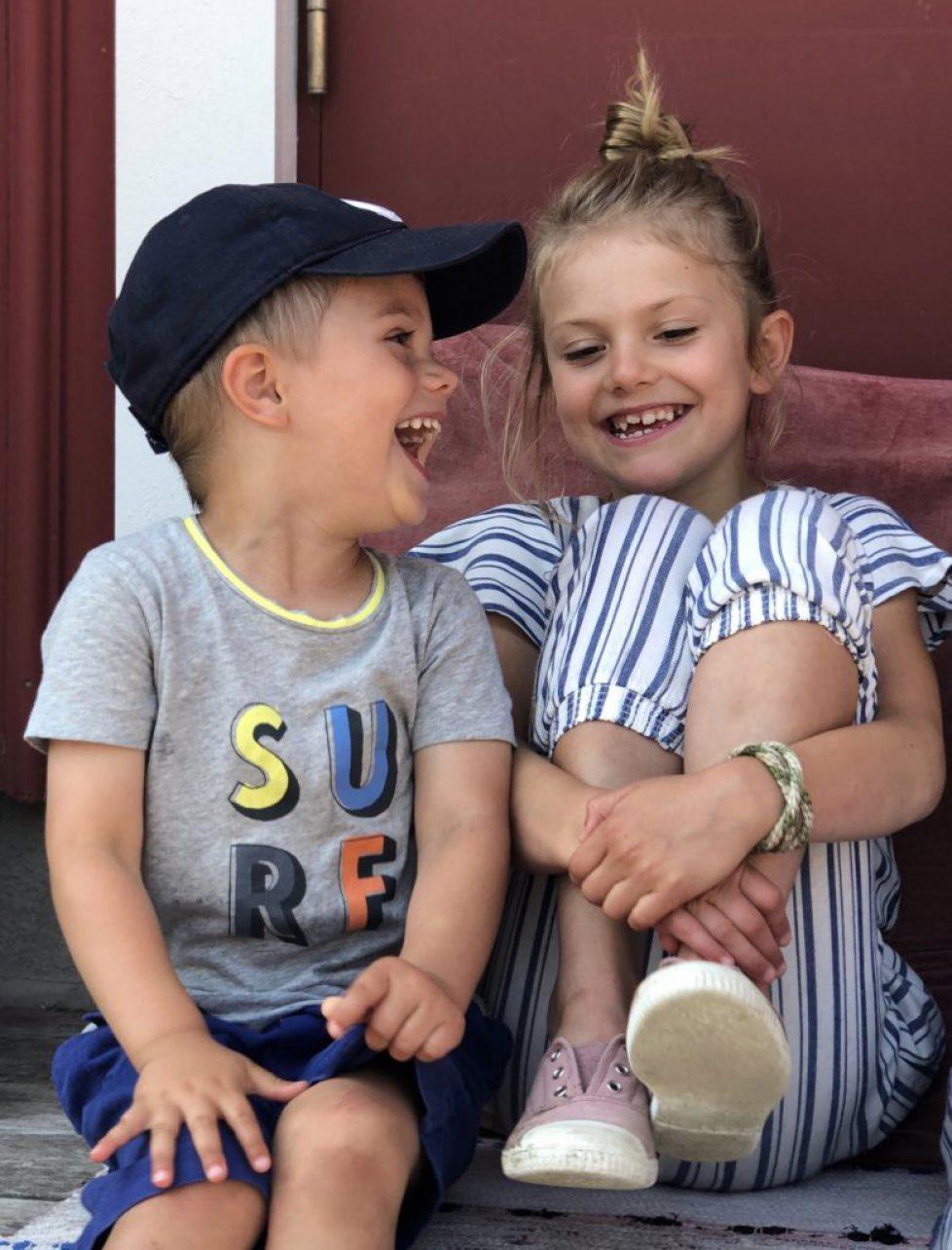 Prinsessan Estelle och Prins Oscar fotograferade under Kronprinsessfamiljens semester tidigare i sommar. Bilderna är tagna på Västkusten samt Blå Jungfrun i Kalmarsund. Foto: H.K.H. Kronprinsessan.