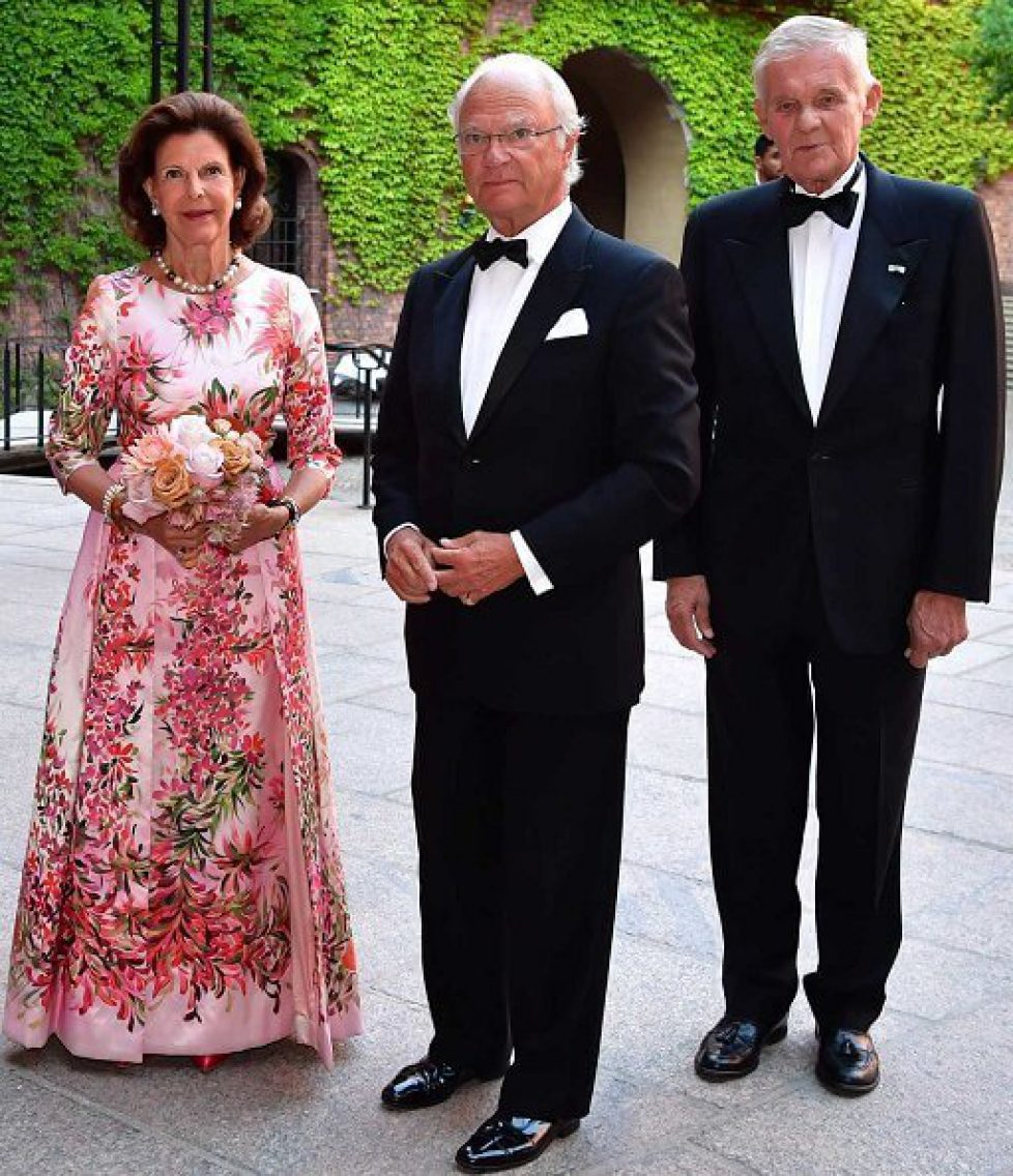 Queen-Silvia-in-floral-print-dress-3