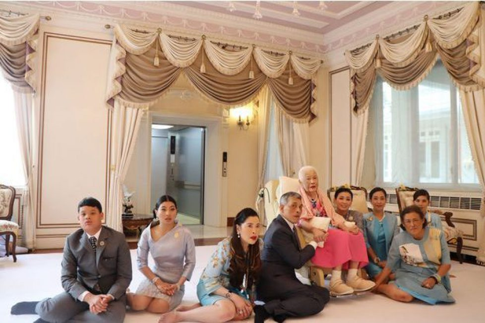 Sirikit-la-reine-mere-de-Thailande-entouree-de-sa-famille-pour-ses-87-ans