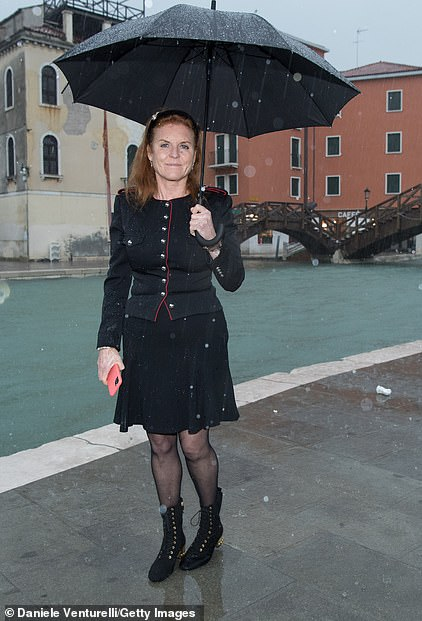 thumbnail_21092762-7695307-The_Duchess_of_York_is_visiting_Venice_yesterday_after_it_was_su-a-59_1574025141725
