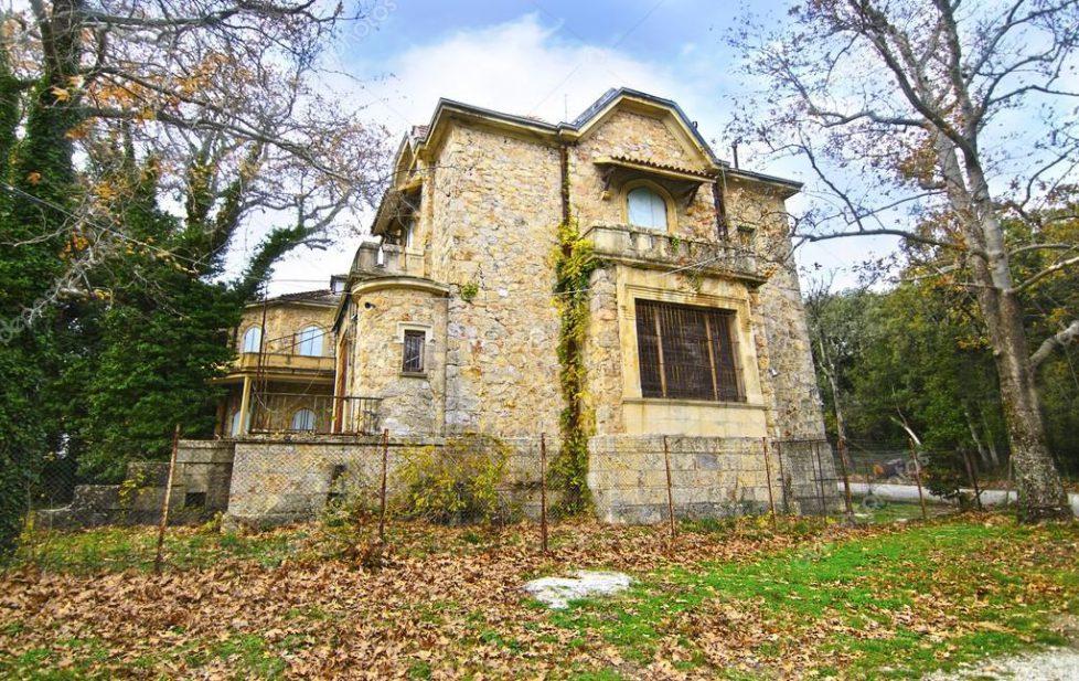 depositphotos_104230138-stock-photo-abandoned-house-of-tatoi-palace