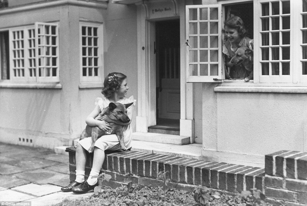 4F52F85000000578-6089821-June_1936_Princess_Margaret_1930_2002_left_and_her_sister_Queen_-a-15_1535016819300