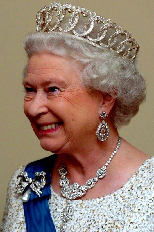 bbb76ee3c52a44cba35abbe3e981ac96--queen-elizabeth-ii-queen-mary