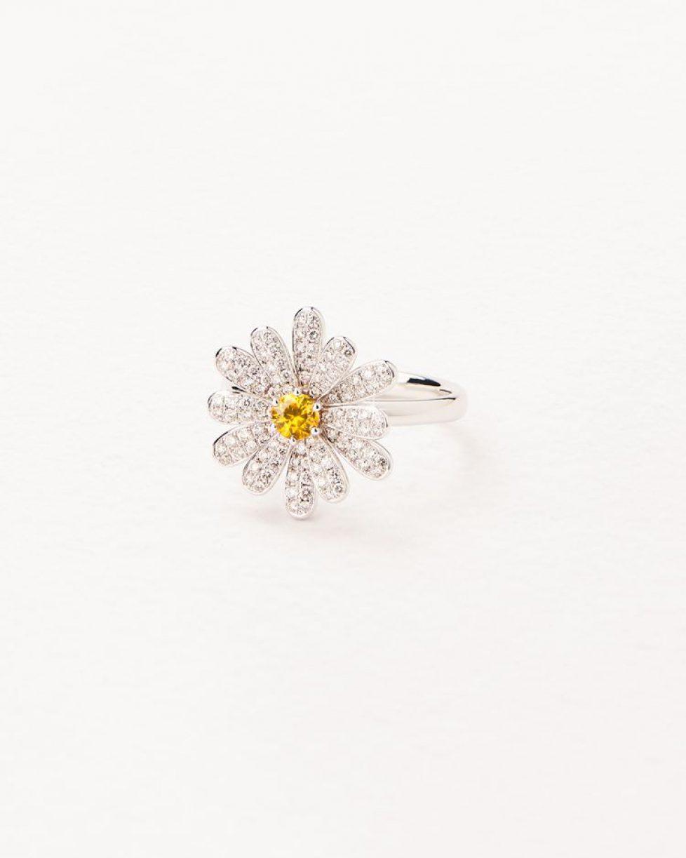 410242-bague-flower-poiray-or-blanc-diamant-saphir-jaunes