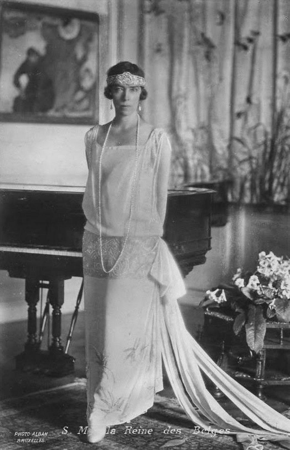 elisabeth-in-20s-dress_med
