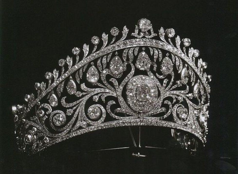 049b7294dbbdbd0e75904d1b6cc19dd0--tiaras-and-crowns-royal-tiaras