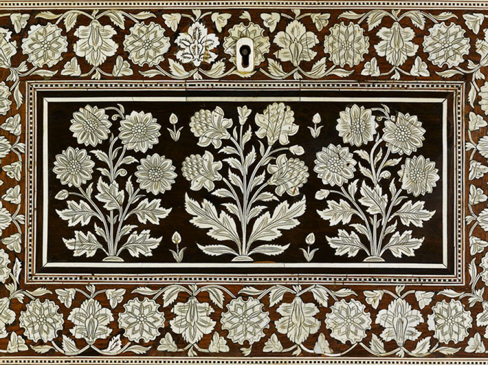 coffre-a-decor-floral-bois-decor-incruste-d-ivoire-regrave-de-mastic-de-bois-teck-ebene-musee-du-louvre-departement-des-arts-de-l-islam