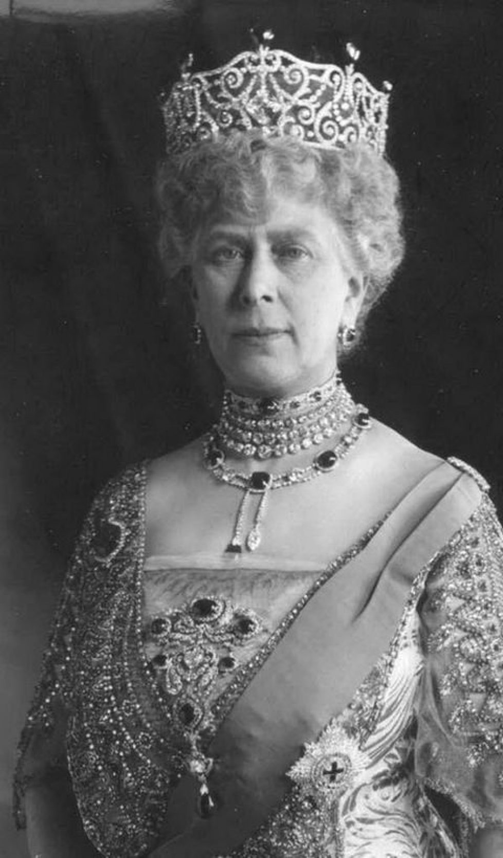 queen-mary-wearing-the-cambridge-and-delhi-dunbar-parure