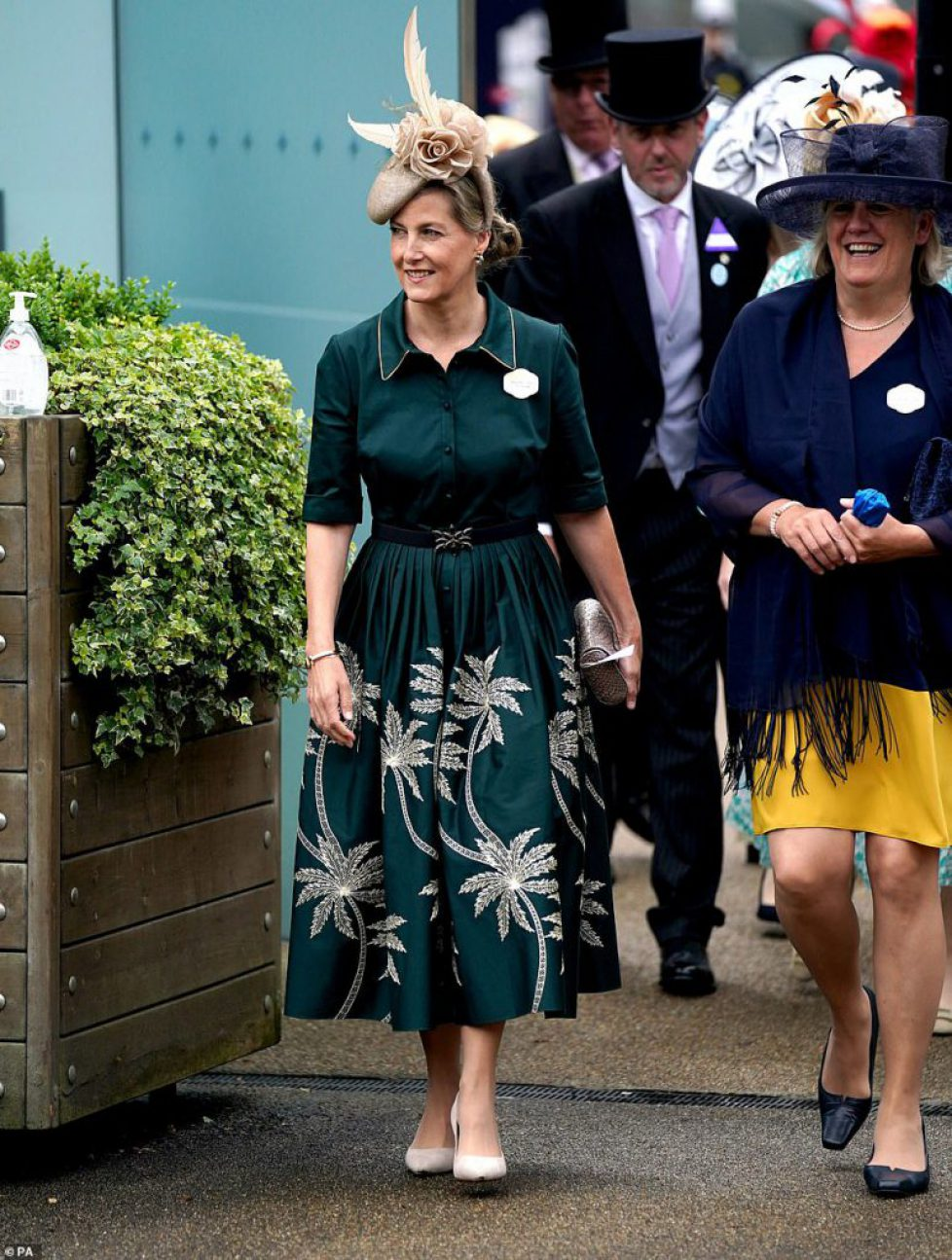 44341319-9696757-Forest_green_queen_Sophie_Wessex_looked_radiant_in_forest_green_-a-20_1623932005327