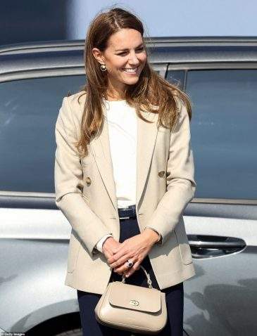 47954673-9993601-The_Duchess_of_Cambridge_arrives_at_RAF_Brize_Norton_today_to_me-m-100_1631712950782